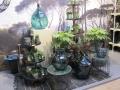 Die Grüntöne finden sich hauptsächlich in Pflanzenarrangements wieder, allerdings sind sie auch in Glasvasen und Glaskaraffen zu finden.