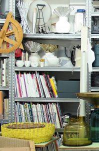 Ein Teil des unerschöpflichen Material-Regals von Sebastian Herkner. Schön zu sehen, die Papier und Styropor Modelle mit Aluminiumkragen für seine Vase Falda. Und auch der Bell Table aus Glas und Messing, mit dem seine Design Kariere begann.