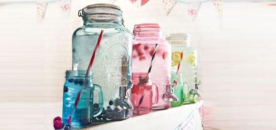 Kilner Getränkespender in verschiedenen Farben.