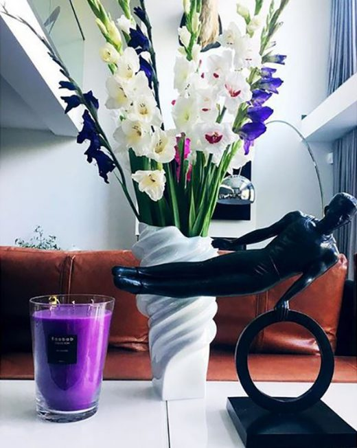 Vase Squall von Rosenthal hier dekoriert mit tollen Frühlingsblumen und einer Kerze von Baobab!